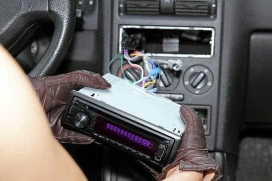 Dieb klaut Autoradio