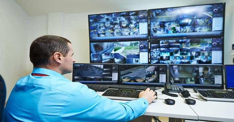 Sicherheitspersonal kontrolliert Monitore