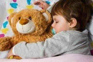 Babyphone Test - schlafendes Kind mit Teddy