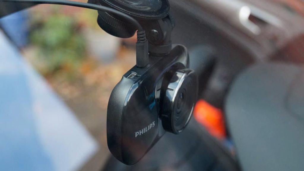 Philips-GoSure-ADR820-Dashcam-Billig-von-aussen-sichtbar