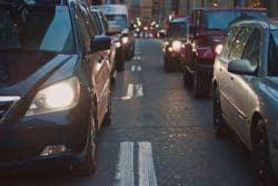 strassenverkehr-mit-zwei-autos