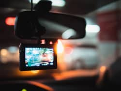 dashcam-im-auto-bei-nacht