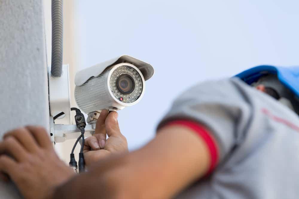 ueberwachungskamera-wird-montiert